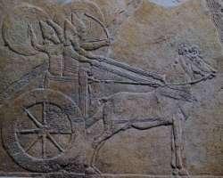 Assyriers in door paard getrokken strijdwagen