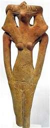 Terracotta hyksosbeeld. Vrouw met vogelhoofd en nemes hoofddoek