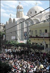 Moslims bestormen Koptische kerk na vrijdaggebed, waar wordt opgeroepen tot haat en geweld jegens ongelovigen. Alexandrië, oktober 2005.