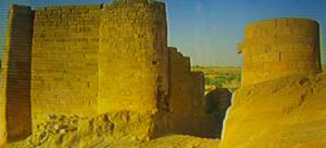 De enorme muur van de vroegere dam van Marib.
