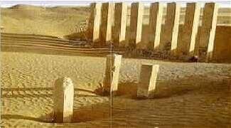 Zuilen van de tempel in Marib steken boven het woestijnzand uit.